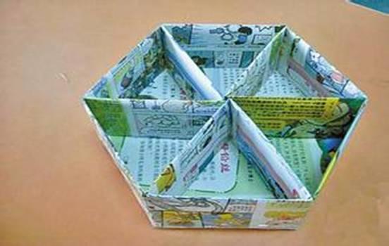 同学们发挥自己的聪明才智,变废为宝,用废弃物制作成漂亮的小工艺品