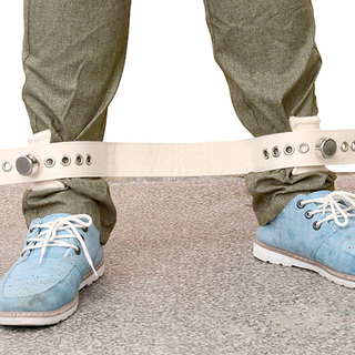 The both feet ties a belt approximately